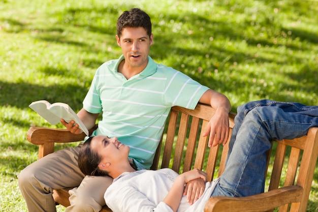 Homem lendo um livro com sua namorada