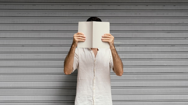 Homem lendo um livro interessante