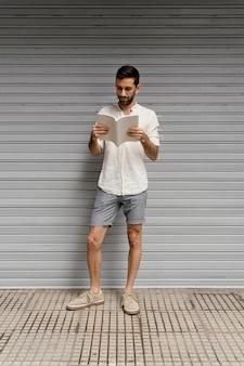 Homem lendo um livro interessante Foto gratuita