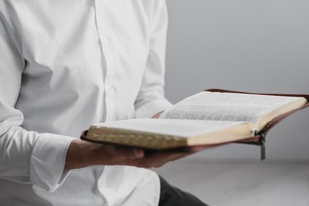Homem lendo um livro sagrado