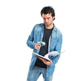 Homem lendo um livro sobre fundo branco