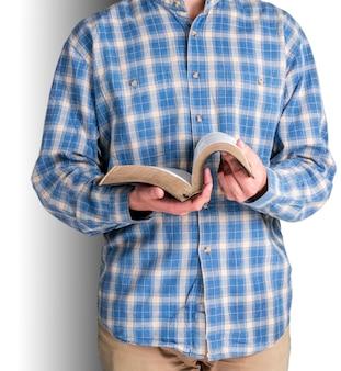 Homem lendo um livro velho e pesado no fundo