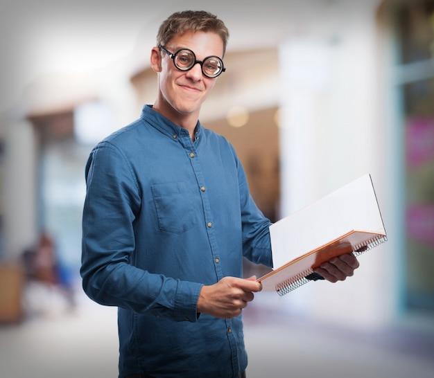 Homem lerdo com um caderno