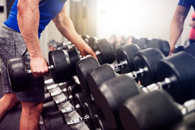 Homem levando o peso mais pesado