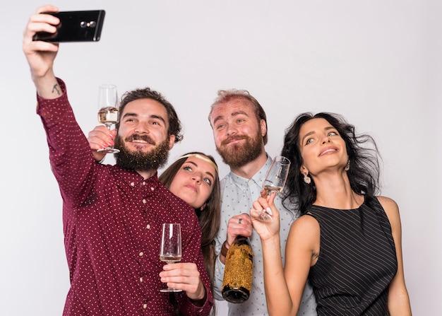 Homem, levando, selfie, com, amigos, ligado, partido
