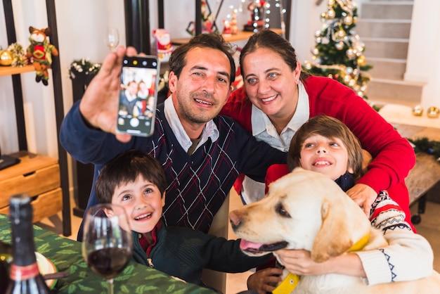 Homem, levando, selfie, com, família