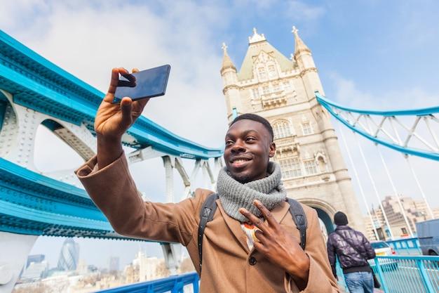 Homem, levando, selfie, em, londres, com, ponte torre