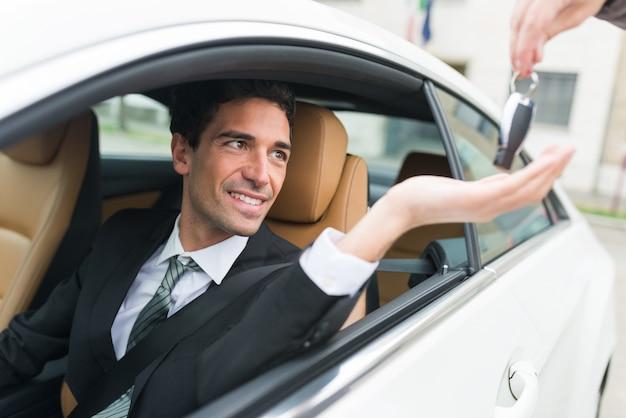 Homem, levando, seu, carro, tecla