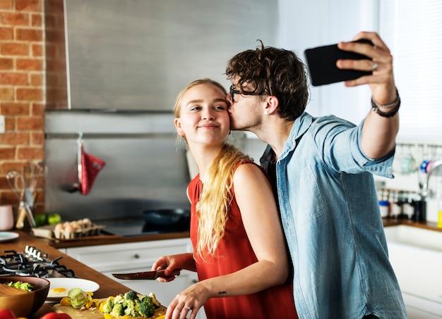 Homem, levando, um, selfie, com, seu, esposa, cozinha