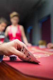 Homem, levantamento, pôquer, mão, em, cassino