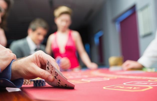 Homem levantando mão do poker