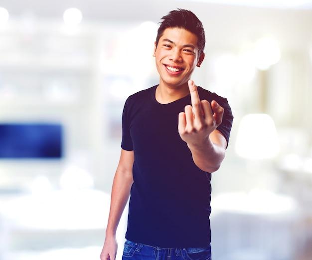 Homem levantando o dedo médio