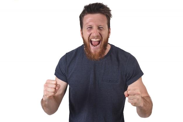 Homem levantando os braços e sorrindo em sinal de vitória em branco