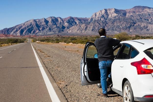 Homem, ligado, a, lado, de, a, estrada, desfrutando, paisagem