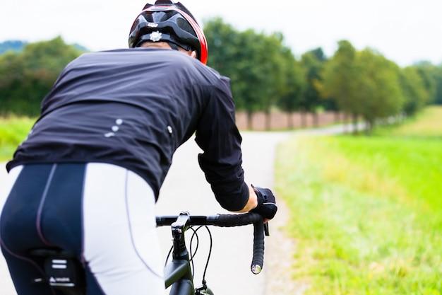 Homem, ligado, bicicleta raça, fazendo, desporto, ciclismo