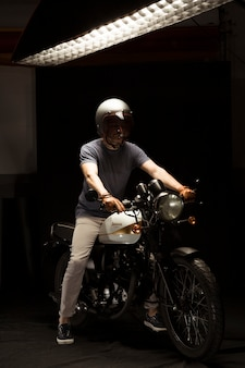 Homem, ligado, café, racer, estilo, motocicleta