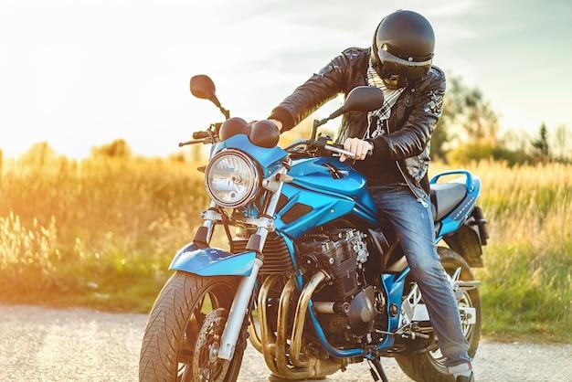 Homem, ligado, desporto, motocicleta, ao ar livre, estrada