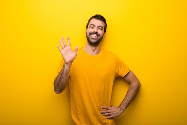 Homem, ligado, isolado, vibrante, cor amarela, saudando, com, mão, com, feliz, expressão
