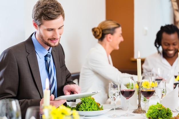 Homem, ligado, negócio, almoço, com, tabuleta, computador