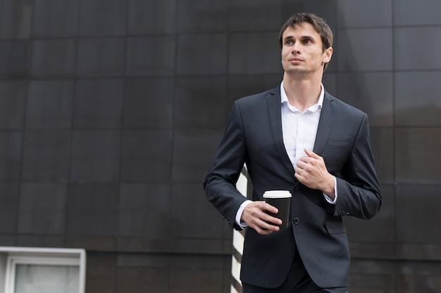 Homem, ligado, partir, bebendo um café