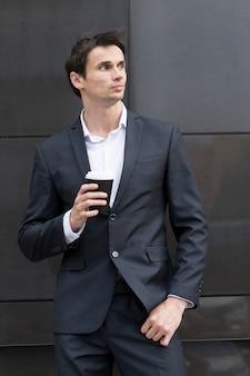 Homem, ligado, partir, bebendo, um, xícara café