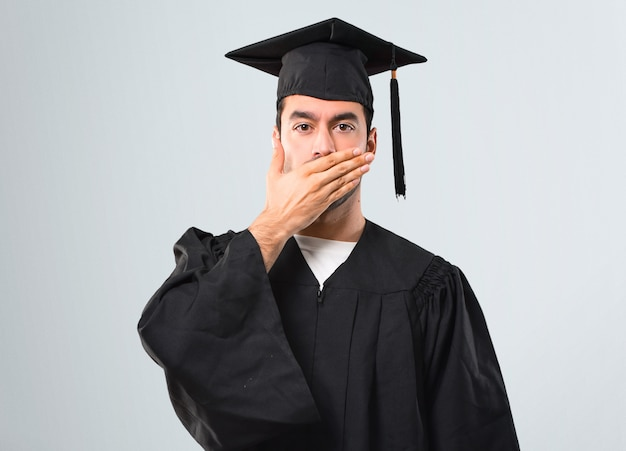 Homem, ligado, seu, dia graduação, universidade, cobertura, boca, com, mãos, para, dizendo algo, inappr