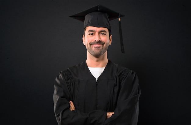 Homem, ligado, seu, dia graduação, universidade, mantendo, a, braços cruzaram, em, frontal, posição