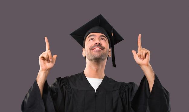 Homem, ligado, seu, graduação, dia, universidade, apontar, com, a, dedo indicador, um, grande idéia, e, looki