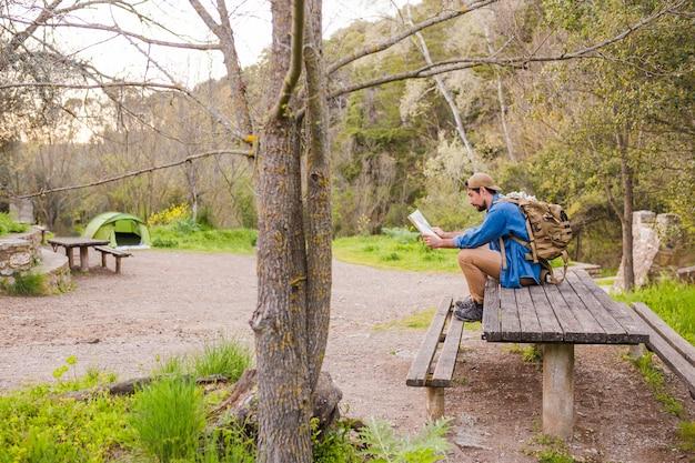 Homem, ligado, tabela, leitura, mapa