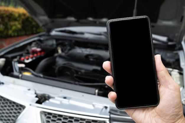 Homem ligando para pedir ajuda com um carro quebrado