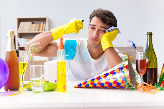 Homem limpando a casa depois da festa de natal