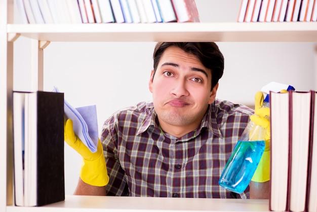 Homem limpando o pó da estante
