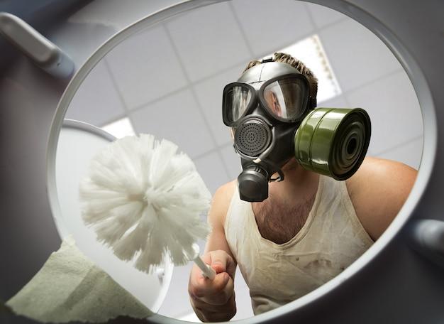 Homem limpando o vaso sanitário