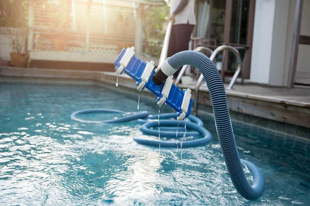 Homem, limpeza, piscina, com, vácuo, limpador tubo