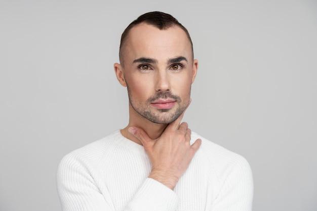 Homem lindo e elegante com maquiagem