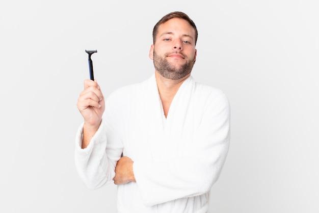 Homem loiro bonito encolhendo os ombros, sentindo-se confuso e incerto. conceito de barbear