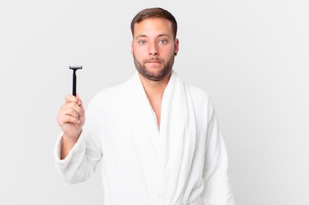 Homem loiro bonito parecendo perplexo e confuso. conceito de barbear