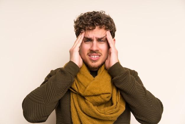 Homem loiro com lenço infeliz e frustrado com alguma coisa. expressão facial negativa