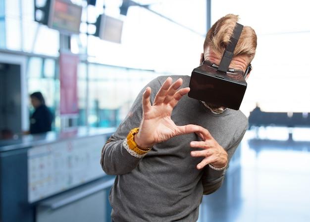 Homem loiro com óculos virtuais. expressão de surpresa
