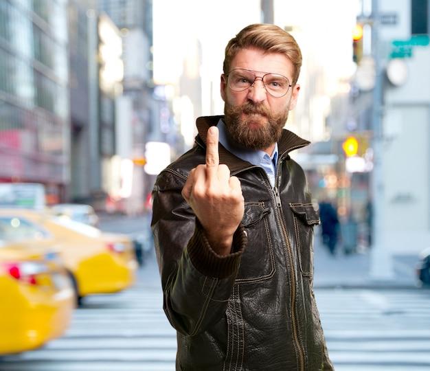 Homem loiro expressão de raiva