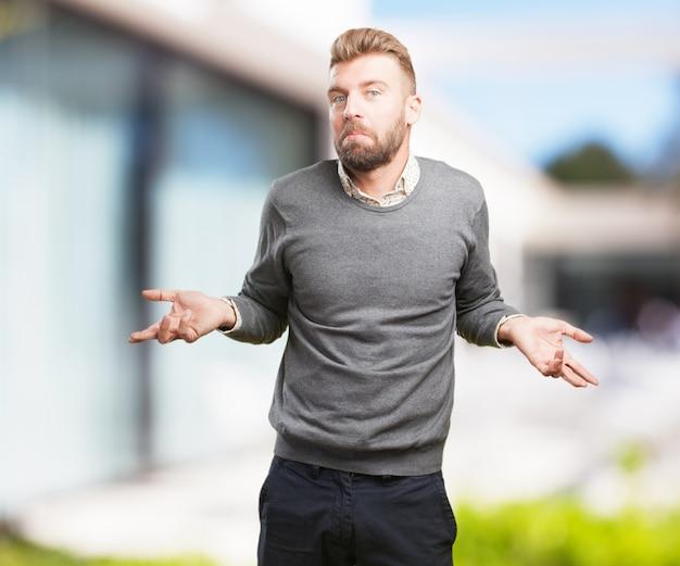 Homem loiro expressão preocupada