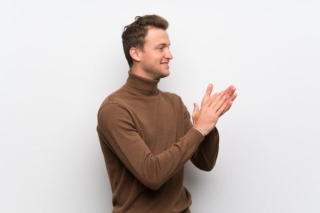Homem loiro isolado parede branca aplaudindo após apresentação em uma conferência
