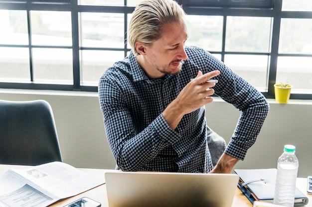 Homem loiro ocupado no trabalho