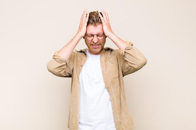 Homem loiro se sentindo estressado e ansioso