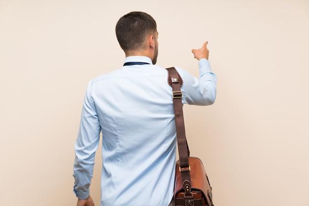 Homem loiro sobre parede branca isolada, contando oito com os dedos