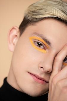 Homem loiro usando maquiagem