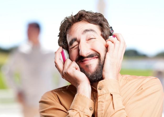 Homem louco com expressão headphones.funny