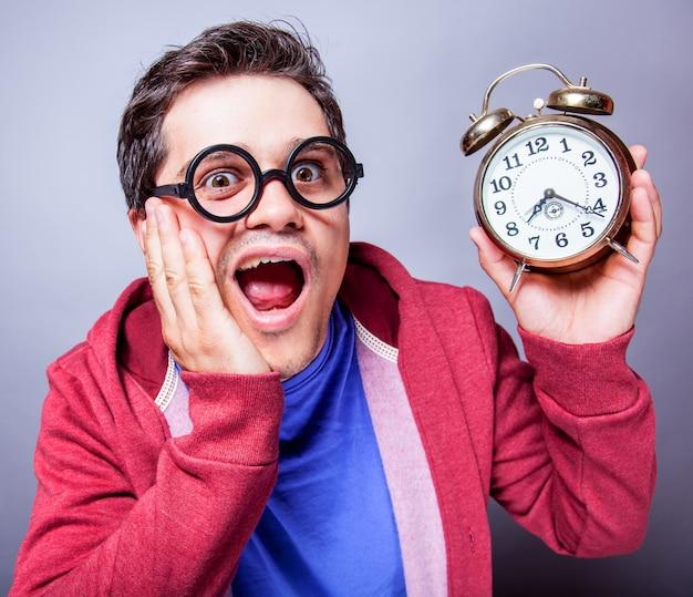 Homem louco com relógio
