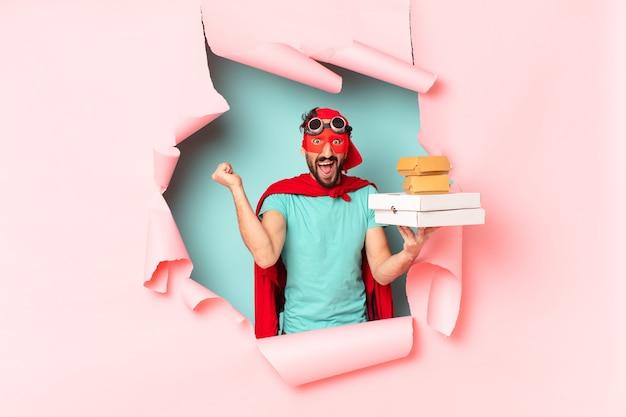 Homem louco do super-herói. celebrando um triunfo como um vencedor. conceito de comida rápida para viagem