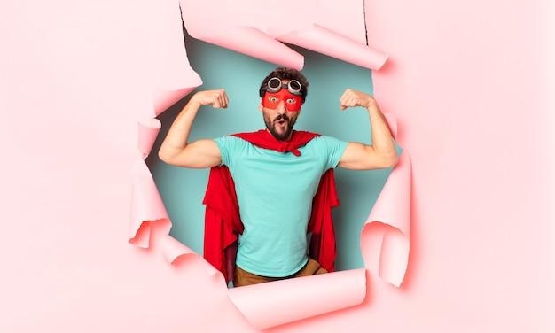 Homem louco do super-herói. celebrando um triunfo como um vencedor